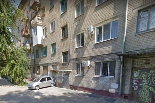 Зачем женщина выбрала такой странный способ выхода из квартиры — пока неизвестно
