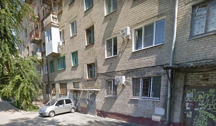 В Волгограде женщина сломала ногу, спускаясь по водосточной трубе пятиэтажки