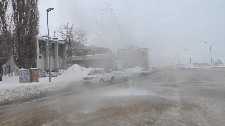 На Нижневолжской набережной из-под асфальта забил фонтан