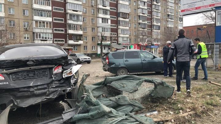 В Челябинске машина раскурочила автостоянку, врезавшись перед этим в пазик. На место аварии прибыли две скорые
