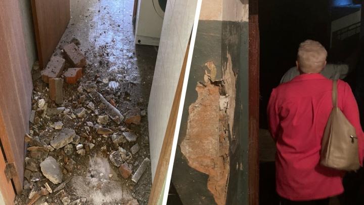 «Мы боимся здесь жить»: в общежитии в центре Ярославля рухнул потолок