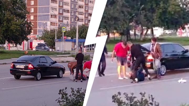 «Вдвоем пинают в голову, в живот, по почкам». В Екатеринбурге избили человека, который напал на автомобиль