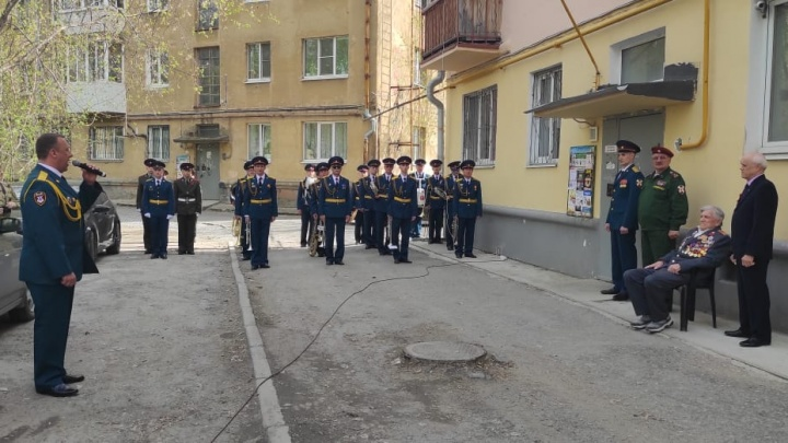 Персональный концерт и танец девушек-военнослужащих. В Екатеринбурге поздравили ветеранов