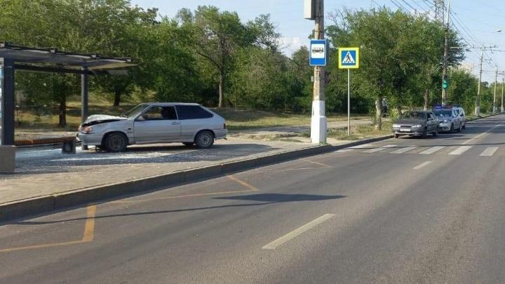 Резко почувствовала себя плохо: в Волгограде легковушка протаранила остановку. Есть пострадавшие