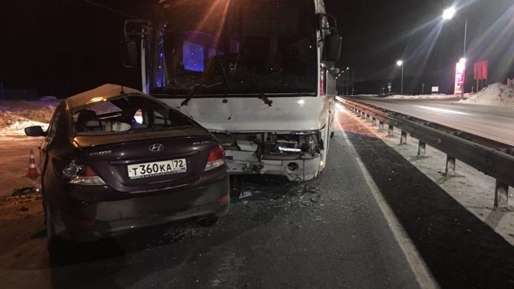 На тюменской трассе столкнулись автобус и иномарка. Пожилой тоболяк погиб
