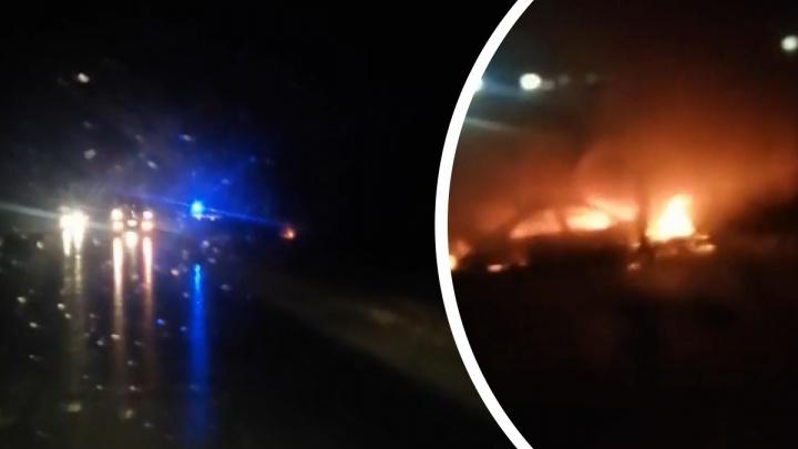 «Там уже и тушить нечего»: под Тюменью машина врезалась в столб и загорелась