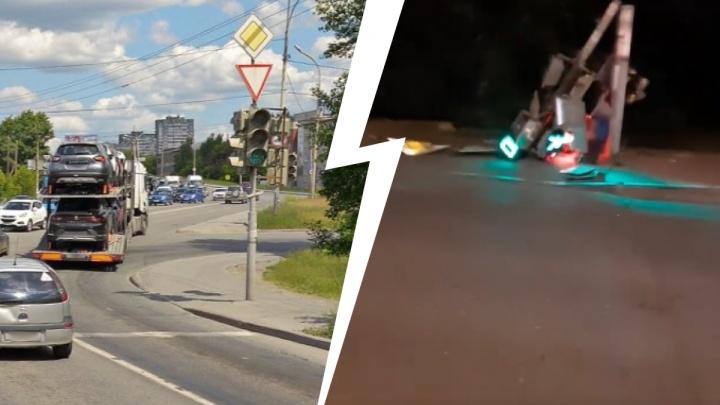 В Екатеринбурге на Сибирском тракте рухнул светофор