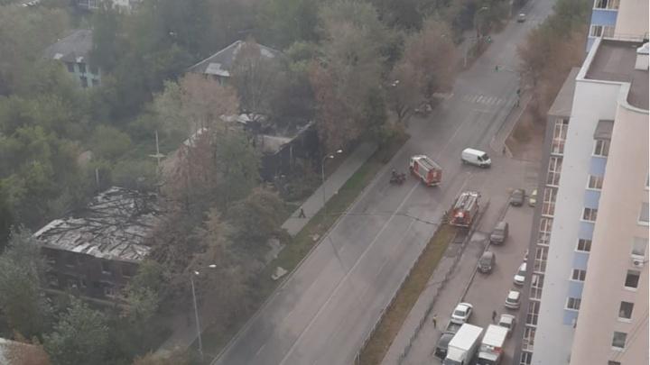 Машины МЧС перекрыли улицу Шефскую. Рассказываем, что происходит
