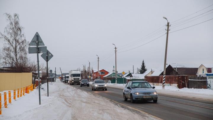 «Мы оказались на пути»: репортаж из Боровского, где снесут дома и магазины для расширения трассы