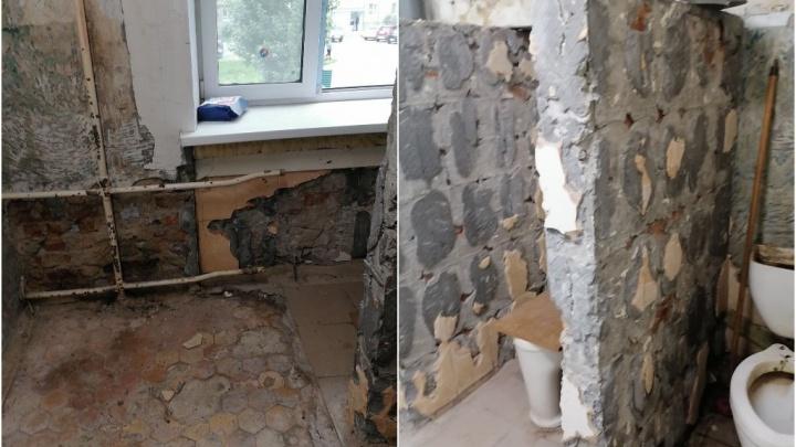 «Сняли плитку и ушли»: многострадальное общежитие на Фабричной в Тюмени не успели починить в срок