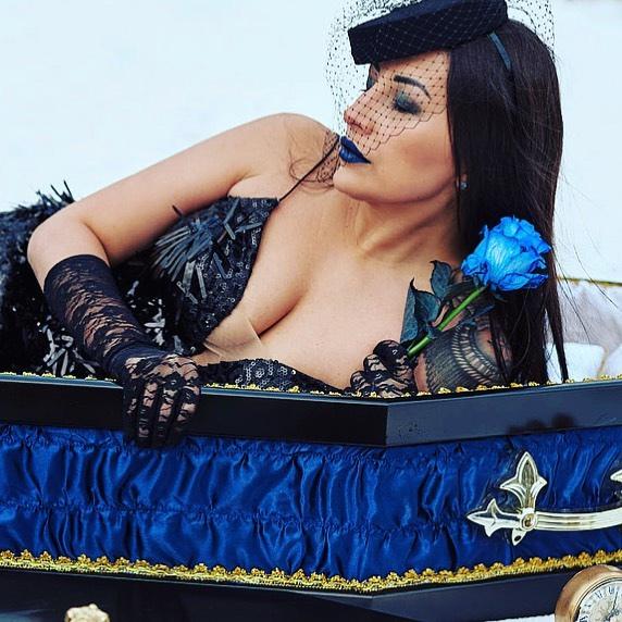 Екатерина призналась, что в 50 лет уже будет присматривать похоронные принадлежности