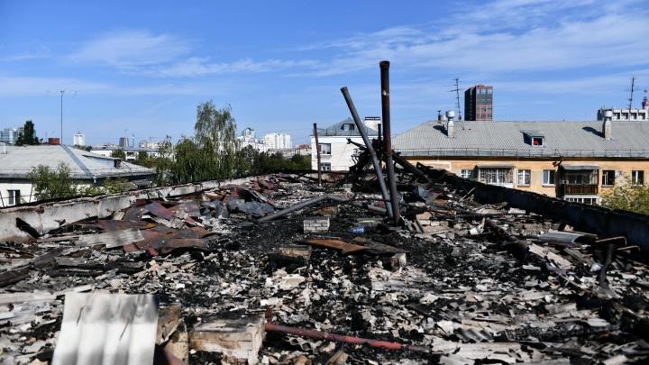 Крыша превратилась в пепелище: летаем над домом на улице Мичурина, где ночью полыхал пожар