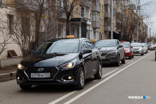В апреле таксисты бастовали и устраивали автопробеги против низких тарифов в агрегаторах