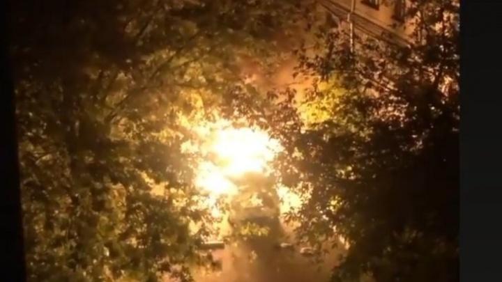 Во дворе в центре Челябинска сгорело такси