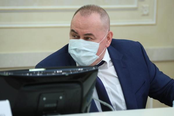 Министр предположил, что подростков начнут прививать от коронавируса, чтобы они не заражали старших родственников