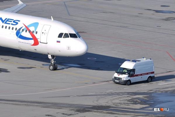 После приземления к самолету подъехала скорая, но помочь пассажирке медики уже ничем не могли
