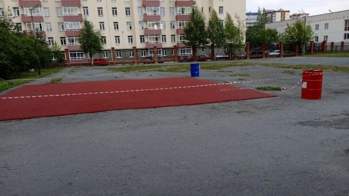 Похоже на заплатку: в Екатеринбурге покрытие школьной спортплощадки положили на старый асфальт