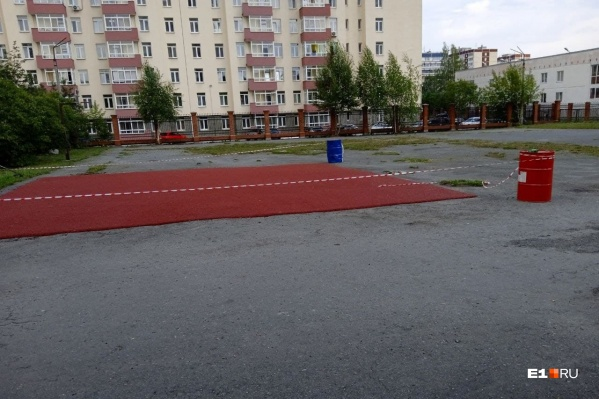 В гимназии № 161 начали делать воркаут-площадку, но пока место для нее выглядит как заплатка на старом асфальте