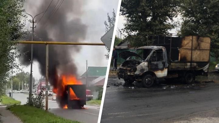 В Октябрьском районе посреди дороги сгорела «Газель» — пожар попал на видео