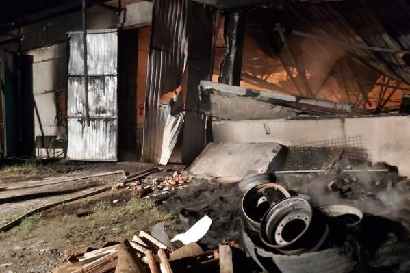 Пожарным удалось отстоять соседние склады