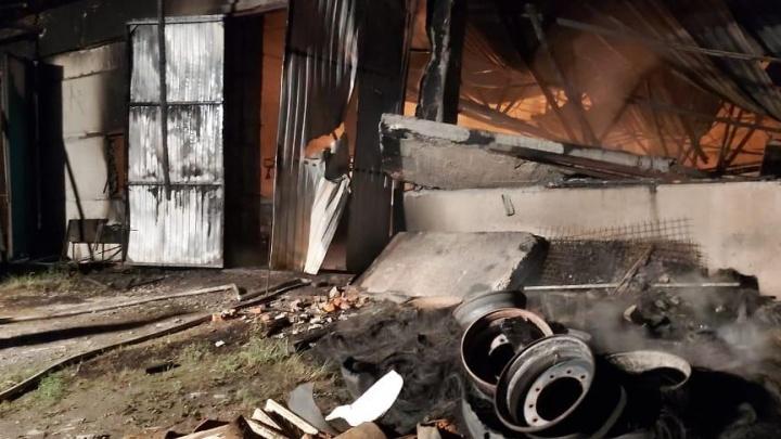 «Обрушилась крыша, уничтожено и повреждено семь машин»: в МЧС рассказали подробности пожара под Новосибирском