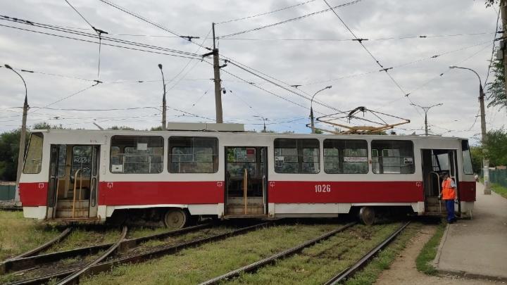 В Постниковом овраге трамвай сошел с рельс