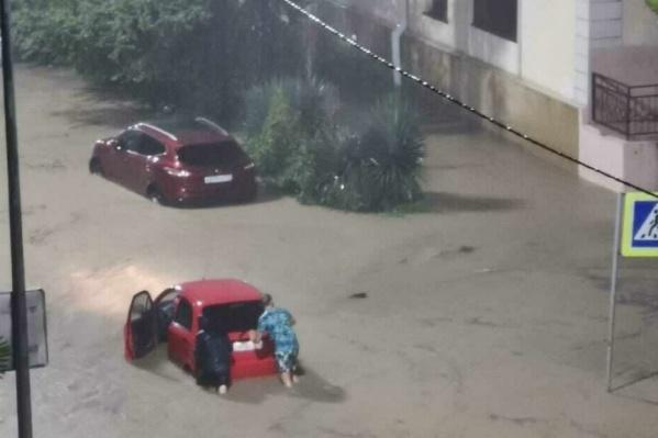 Улицы за минуты стали уходить под воду