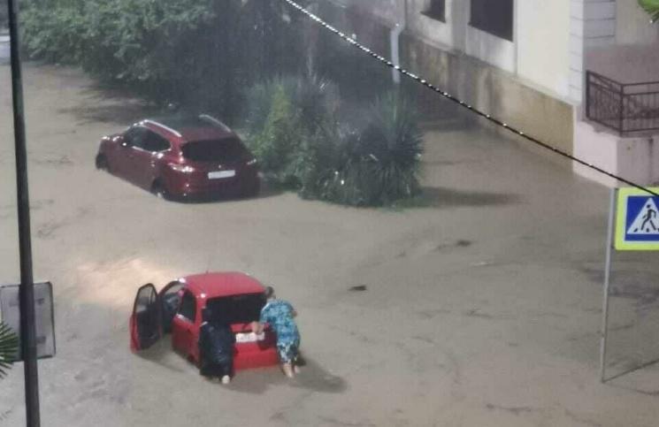 «Было непонятно, где река, а где улица». Сочи опять утонул, есть погибшие, зато у чиновников всё хорошо