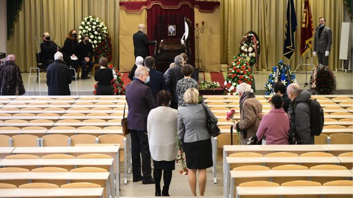 «Тяжело ему было в последние два года». Сотни людей пришли проститься с бывшим ректором УрГУ