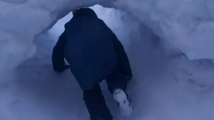 В Норильске дети вырыли к школе тоннель сквозь гигантский сугроб