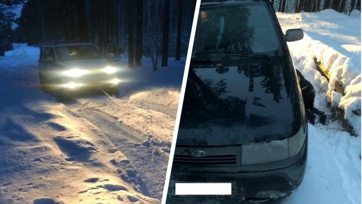 Не могли выбраться несколько часов: на Урале четыре парня на Lada застряли в сугробе посреди леса
