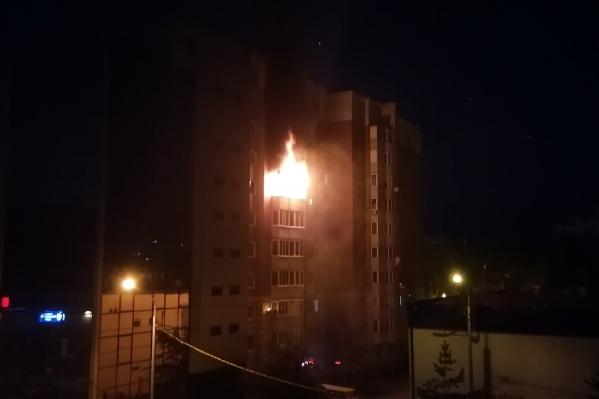 Пожар случился в 10-этажном доме на 7-м этаже глубокой ночью. Огонь из квартиры наблюдали соседи и жители ближайших высоток