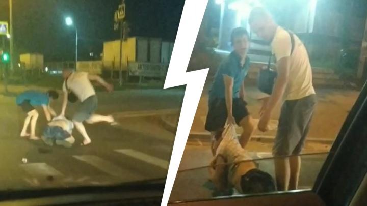 Били ногами и руками прямо на проезжей части: жесткая драка на Уралмаше попала на видео