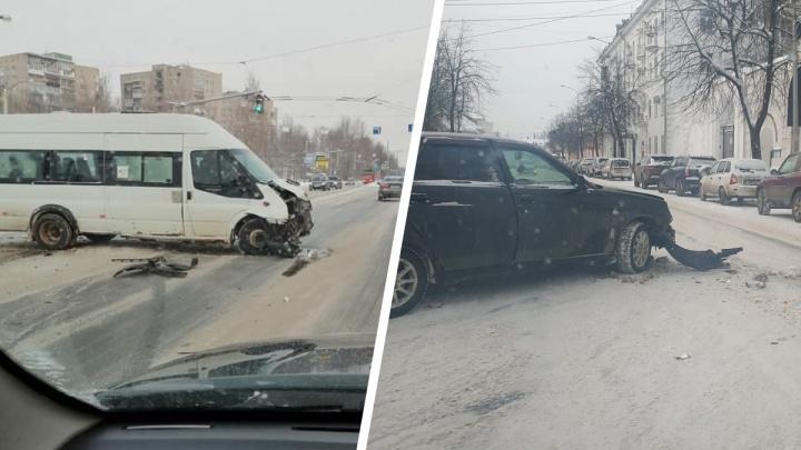 «Как трасса на бобслее»: в Ярославле случился бум ДТП из-за неубранных дорог