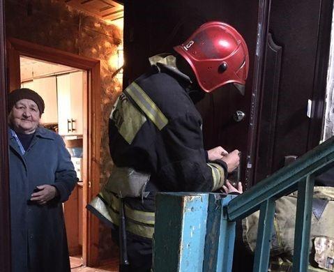 Тюменские спасатели вызволили 80-летнюю женщину из запертой квартиры