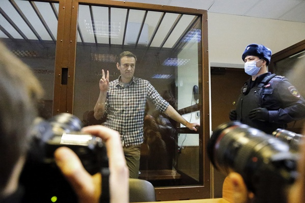 Это второй суд Навального за этот день. Несколько часов назад ему отказали в пересмотре приговора по делу «Ив Роше»