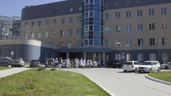 В регистратуре новосибирской поликлиники женщина потеряла сознание