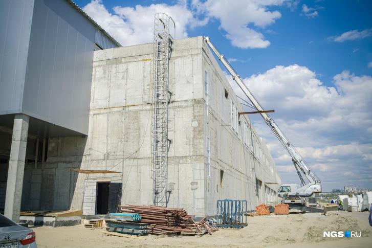 Цвет фасада станции и эстакады будет подобран в соответствии с оформлением ледовой арены