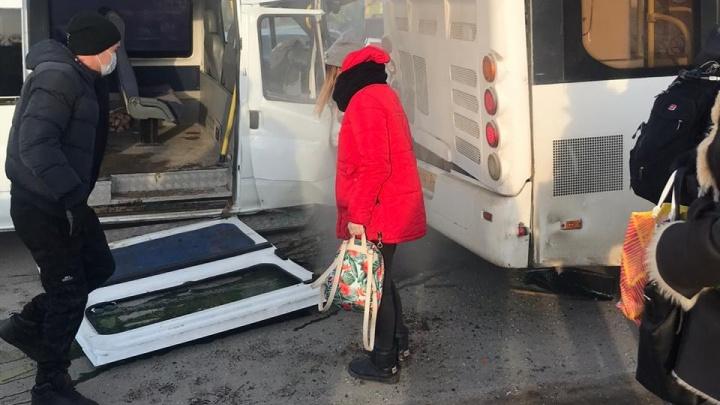 «Люди высыпались на асфальт»: от столкновения с автобусом у маршрутки оторвало дверь