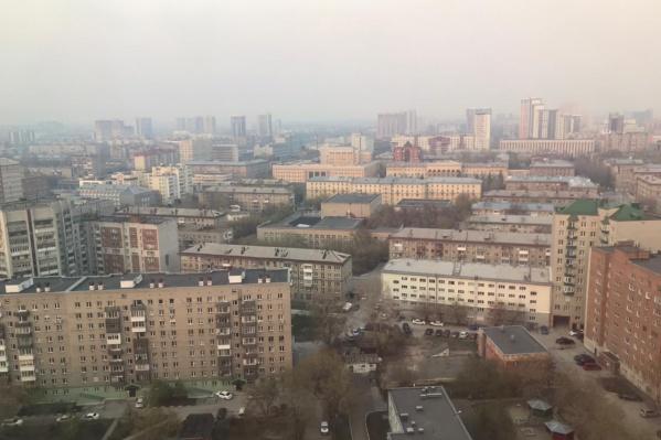 Новосибирск снова заволокла дымка. Это фото сделано в районе Нарымского сквера