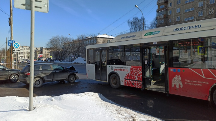 В Перми на перекрестке столкнулись автобус и автомобиль