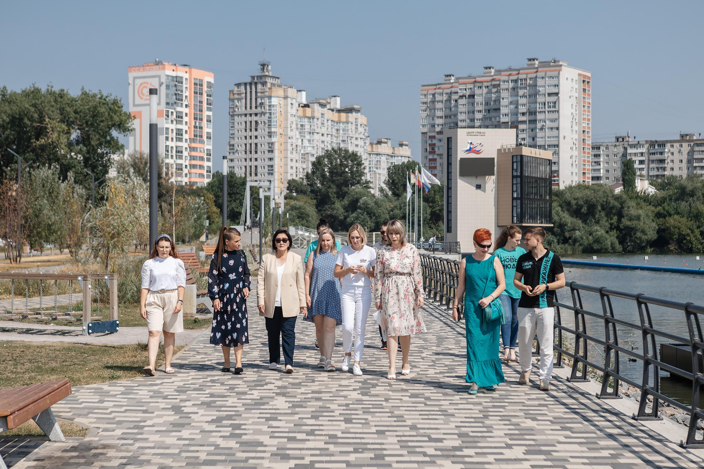 Сардана Авксентьева и Юлия Барановская прогулялись по дамбе Чернавского моста