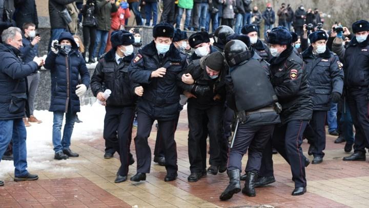 Полиция: по меньшей мере 50 ростовчан доставили в отделы с акций протеста