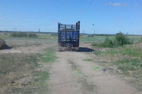 На дороге, ведущей к СНТ, стали регулярно замечать спецтехнику птицефабрики