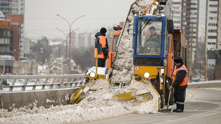 В ночь с понедельника на вторник в Екатеринбурге будут эвакуировать машины, чтобы убрать снег