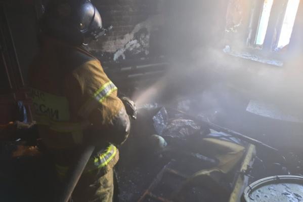"""Тушить горящую квартиру первые пожарные приехали через <nobr class=""""_"""">4 минуты</nobr> после вызова, но женщину всё равно не удалось спасти"""