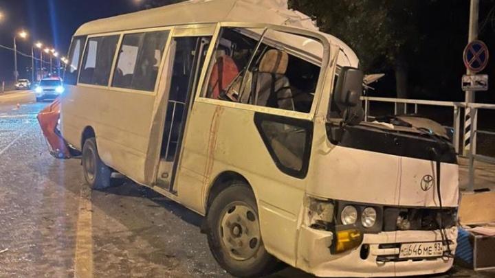 Под Анапой микроавтобус врезался в автокран, один человек погиб и двое пострадали