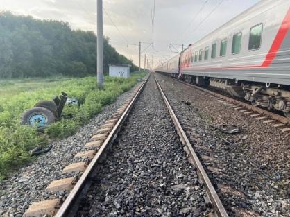 Пытался затормозить, но было поздно: под Волгоградом пассажирский поезд протаранил трактор