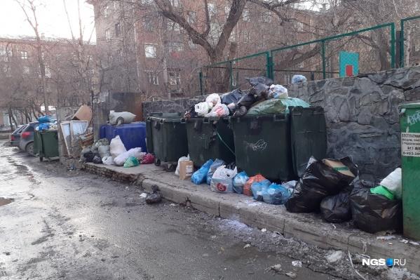 В центре, утверждают в компании, часто заблокирован проезд к мусорным контейнерам
