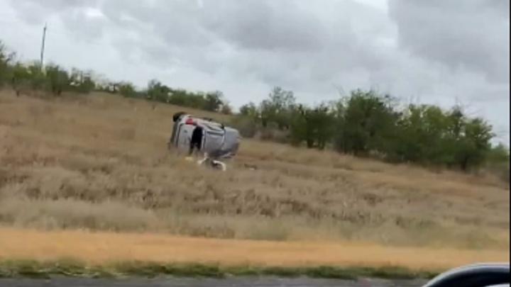 Два человека пострадали, один погиб: Chevrolet Captiva перевернулась на трассе под Волгоградом